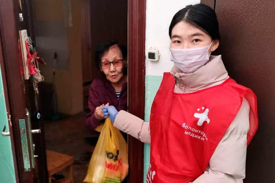 Пандемияҕа өйөбүл буолар волонтердар