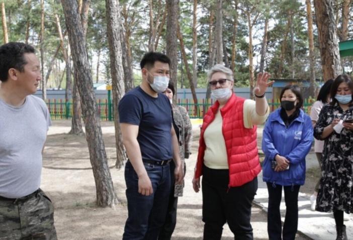 Евгений Григорьев оҕо лааҕырдарын бэрэбиэркэлээтэ