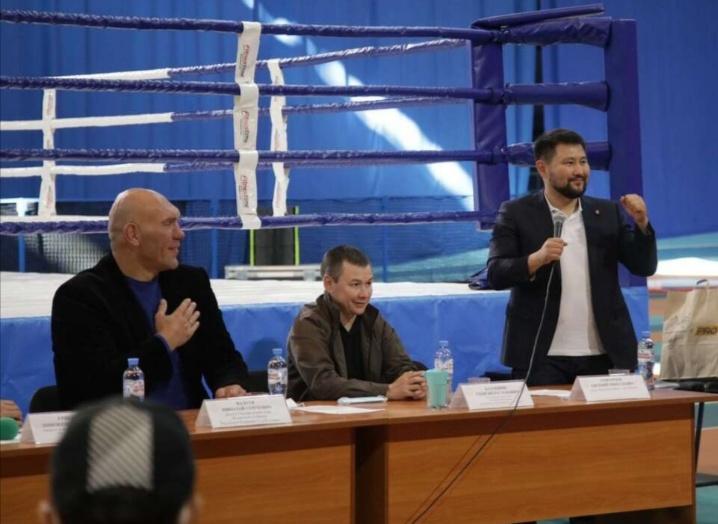 Николай Валуев уонна Евгений Григорьев эдэр боксердары кытта көрүстүлэр